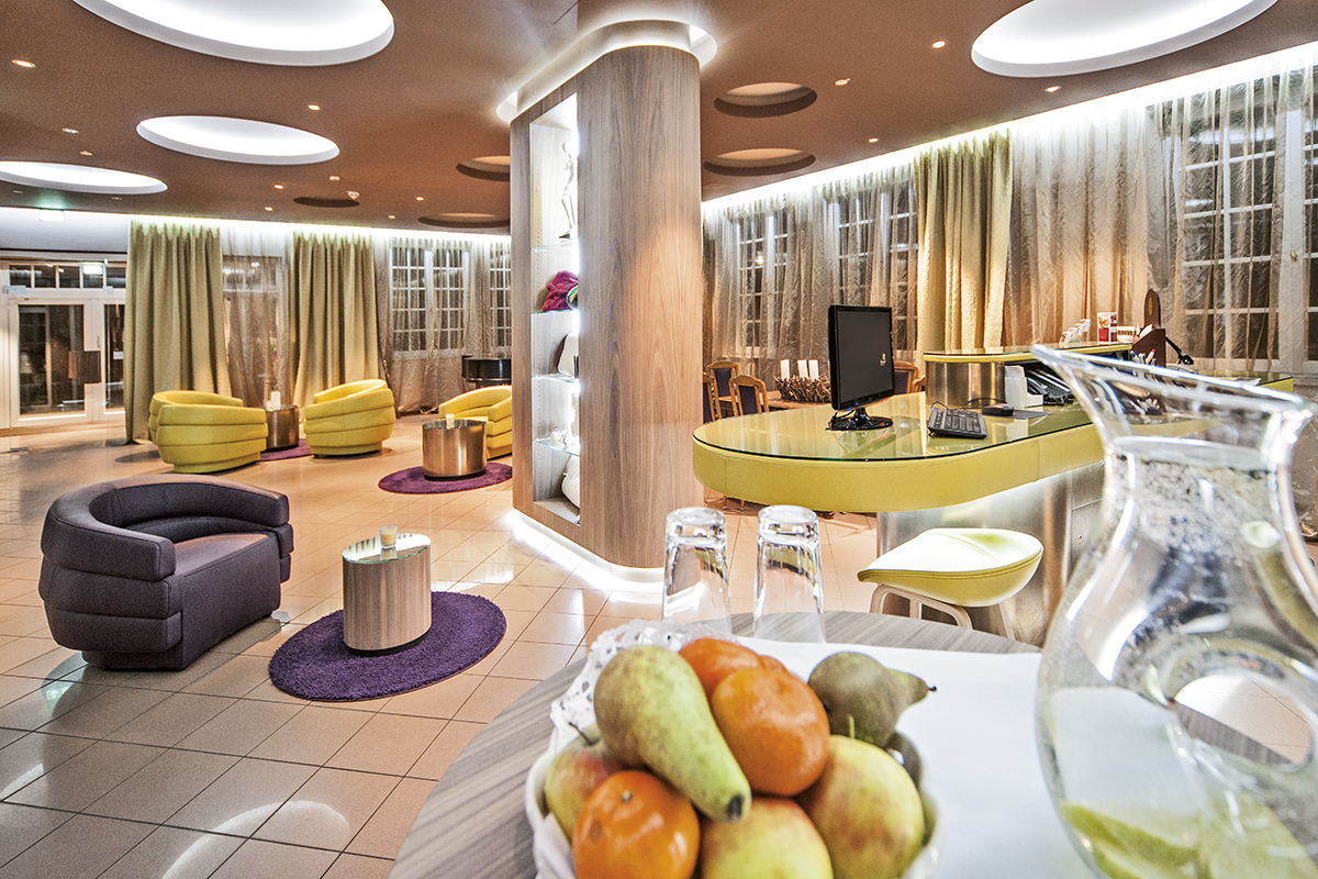Groß Nemerow: Hotel Bornmühle, Lobby Counter