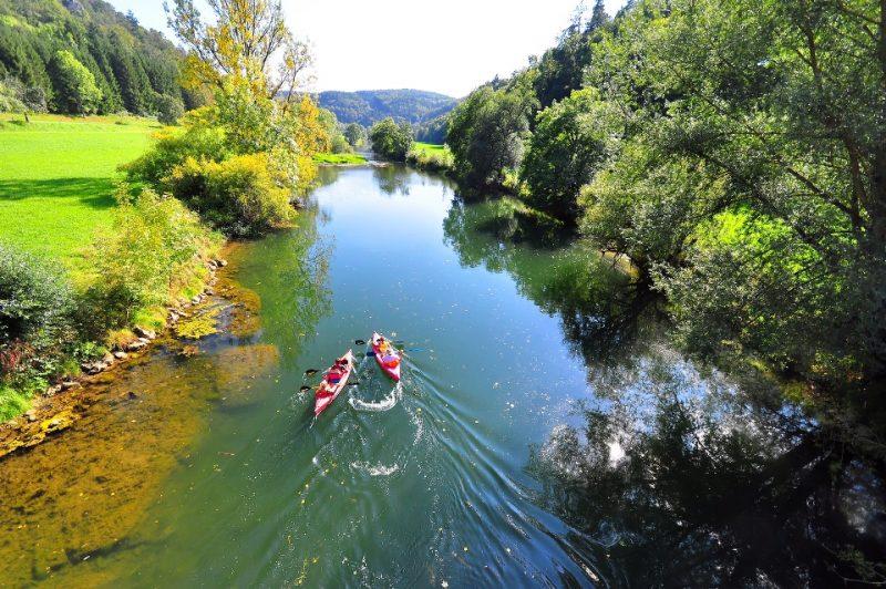 Paddelboote auf der Donau im Oberen Donautal bei Sigmaringen