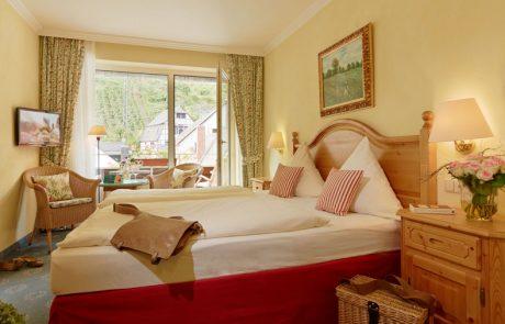 Freundlich eingerichetetes Gästezimmer mit Blick auf den Weinberg