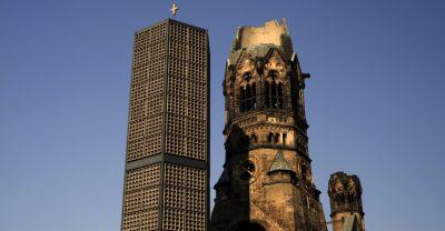 Ruine der Kaiser-Wilhelm-Gedächtniskirche mit dem neuen Glockenturm.