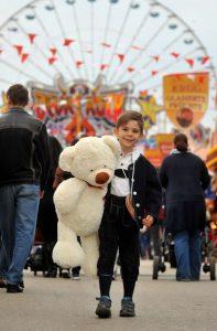 Junge mit Teddy auf dem Nürnberger Frühlingsfest