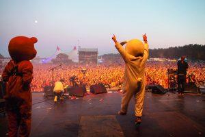 Hasen hüpfen auf der Bühne