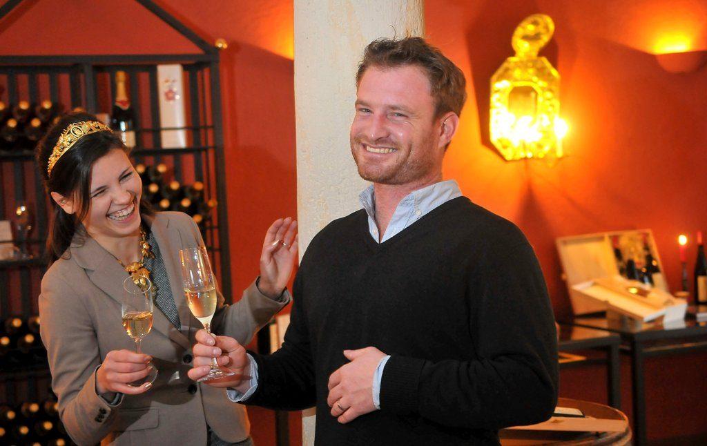 Weinkönigin und 1. Kellermeister in der Vinothek