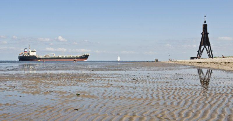 Schiffe an der Kugelbake in Cuxhaven