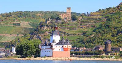 Weinberge bei Kaub (vorne Burg Pfalzgrafenstein, oben Burg Gutenfels)