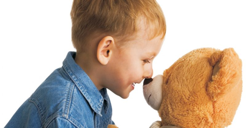 Kind hält Teddybären im Arm © Hotel Hirsch, Heidenheim
