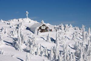 verschneite Berghütte im Winter
