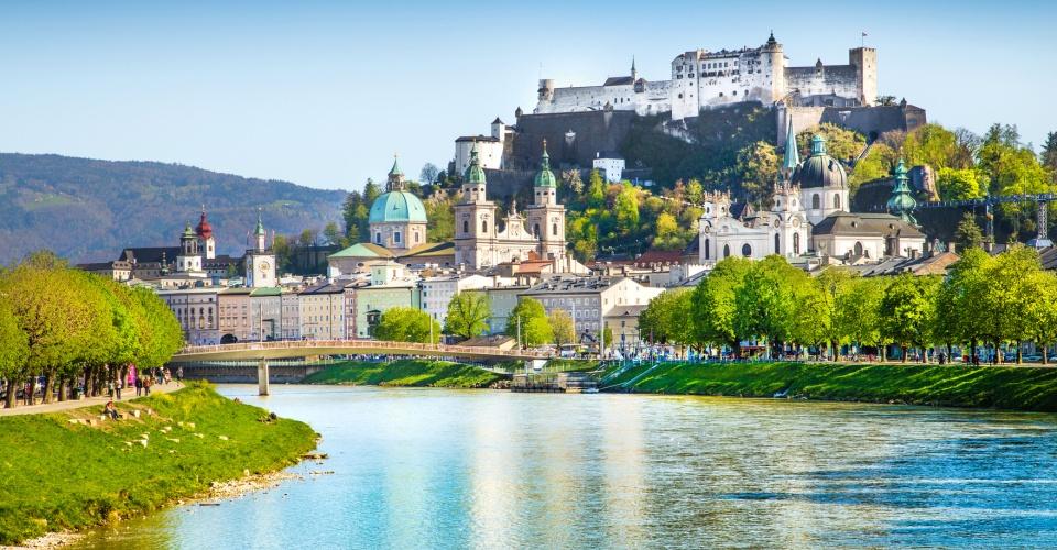 Blick auf Salzburg und die Festung Hohensalzburg an der Salzach im Sommer