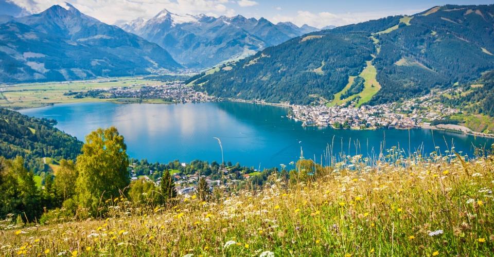 Blick auf den Zeller See und Zell am See im Salzburger Land