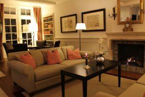 Lounge mit offenen Kamin