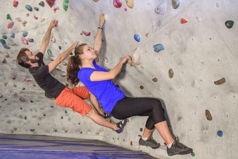 Beim Bouldern an einer Kletterwand