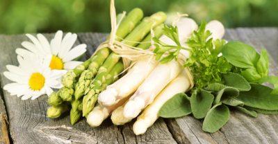Grüner und weisser Spargel mit Kräutern und Margariten