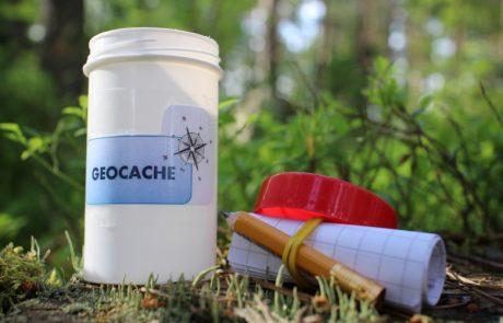 Behälter für Geocaching im Wald
