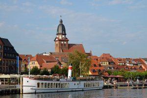 Ausflugsdampfer im Hafen von Waren (Müritz)