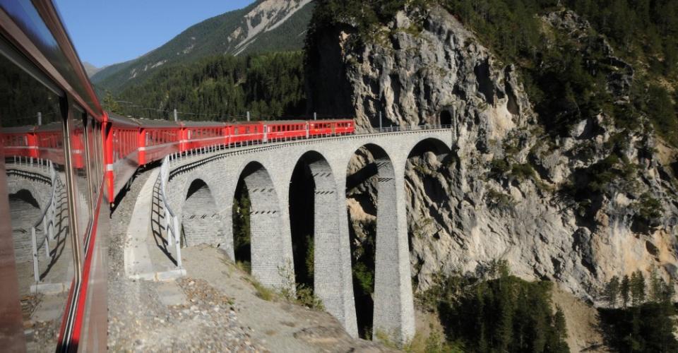 Die Rhätische Bahn auf ihrer Fahrt durch das Unesco Weltkulturerbe