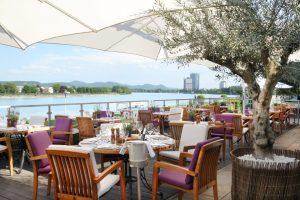 Restaurantterrase am Rhein