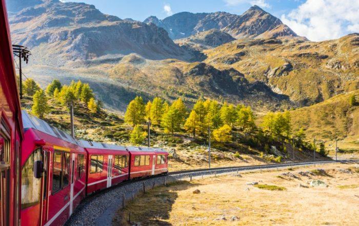 Zugfahrt im Herbst durch das Val Bernina, Graubünden, Schweiz