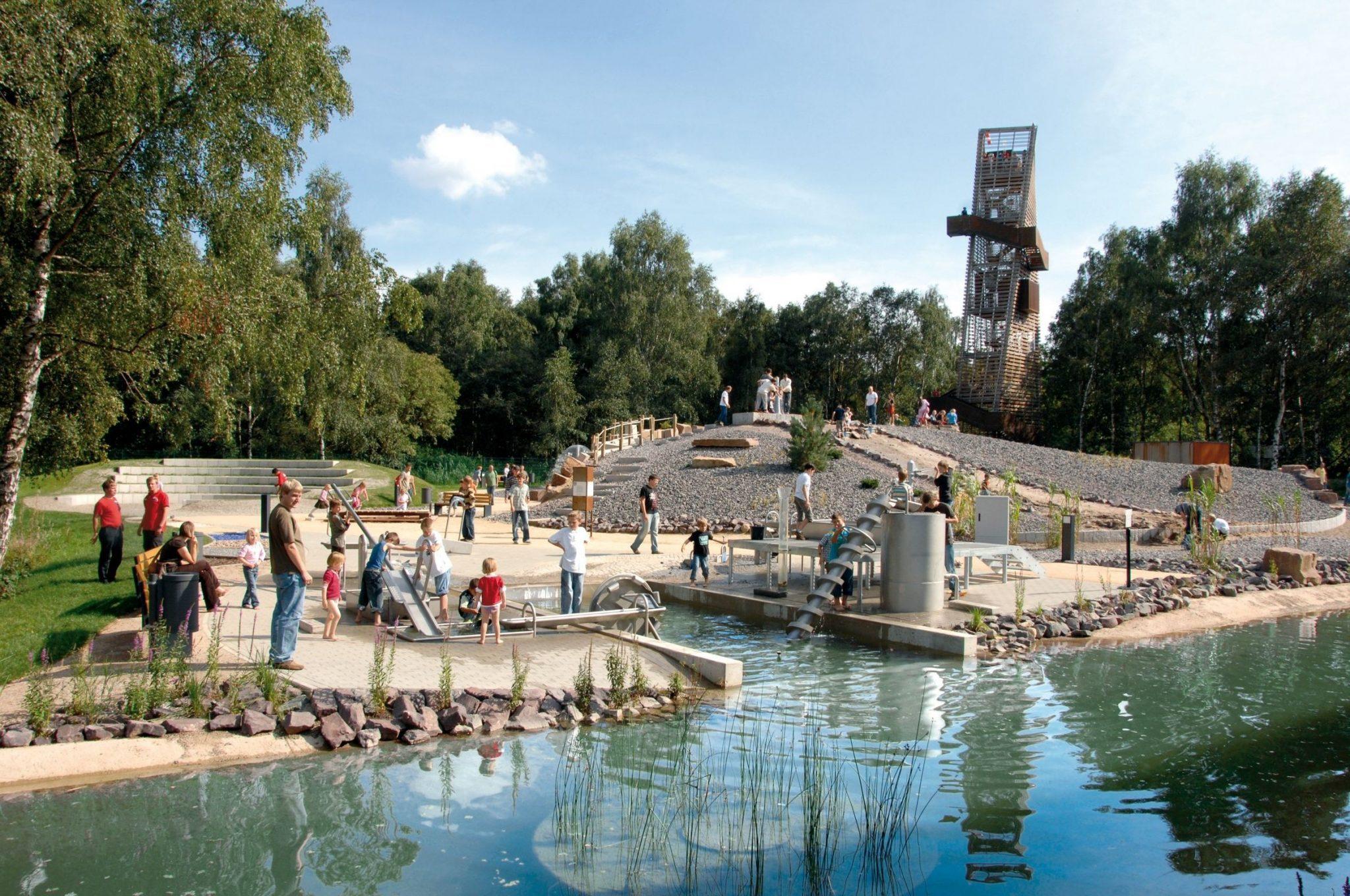Zu jeder Jahreszeit ein Erlebnis: Im Universum® Bremen darf auch draußen an der frischen Luft geforscht werden! Wie weit man wohl vom 27 Meter hohen Turm der Lüfte gucken kann?