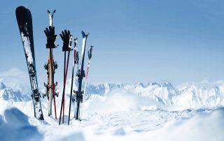 Skier im Schnee, sportliche Trends für den Winter