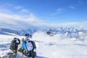 Helikopter bringt Skifahrergruppe auf einen Gletscher