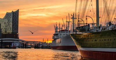 Hamburg Hafen mit Schiffen und Elbphilharmonie im Sonnenuntergang
