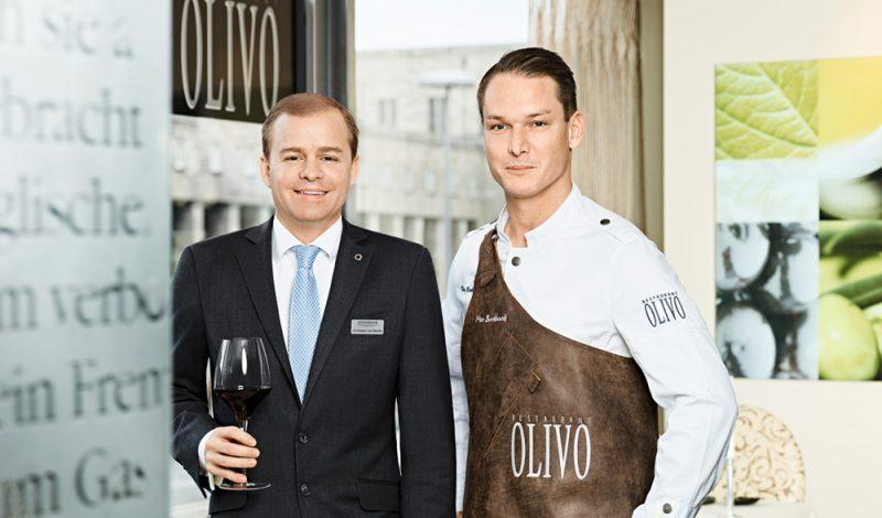 Nico Burkhardt mit Restaurantleiter