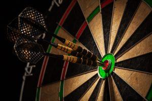 Dartscheibe mit Darts, Indoor-Tipps