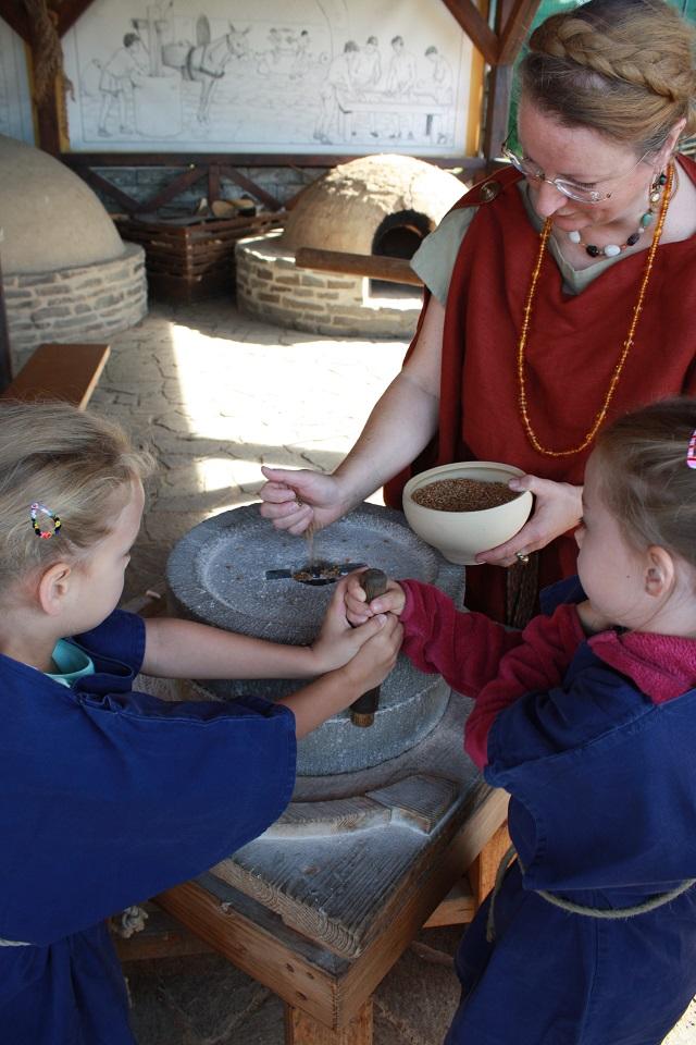 Mehl mahlen im Backhaus der RömerWelt