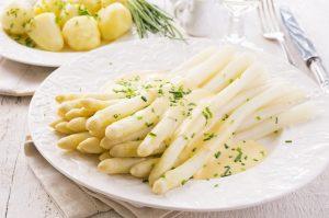 Frischer Spargel mit Kartoffeln