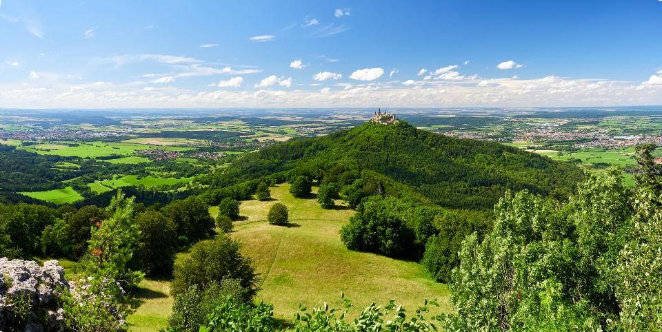 Blick über die Zollernalb mit der Burg Hohenzollern