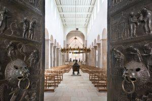 Bernwardtür im Hildesheimer Dom mit Taufbecken und Helizoleuchter