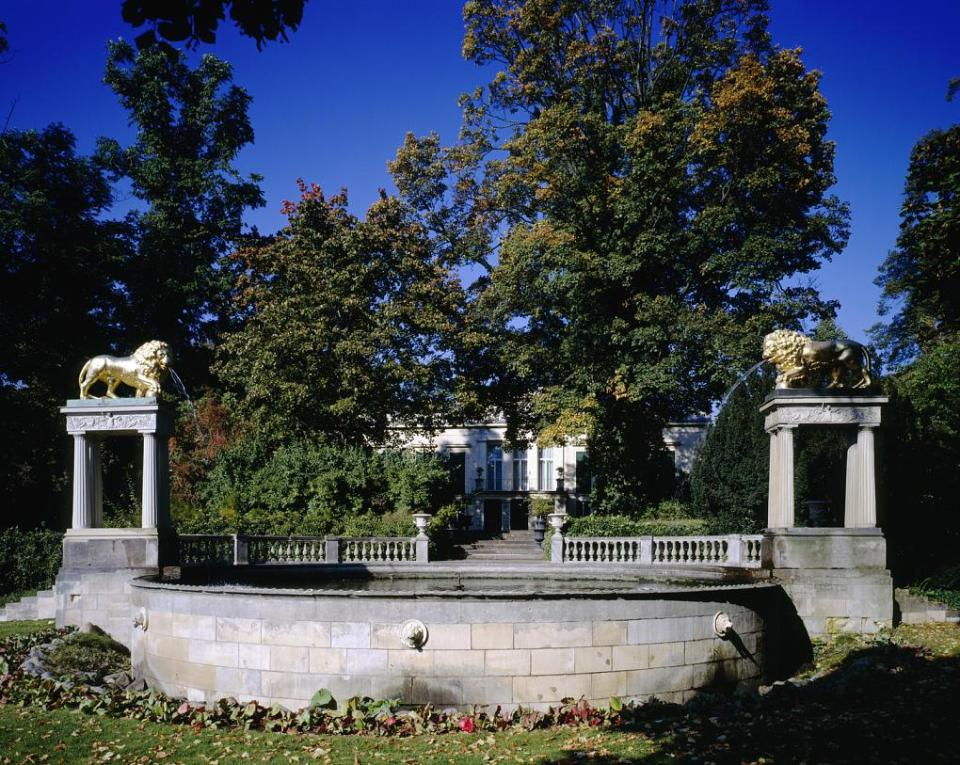 Berlin, Schloss Glienicke, Ansicht über den Löwenbrunnen