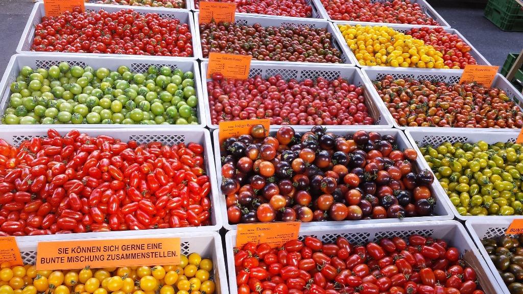 Marktstand-mit-verschiedenen-Sorten-Tomaten