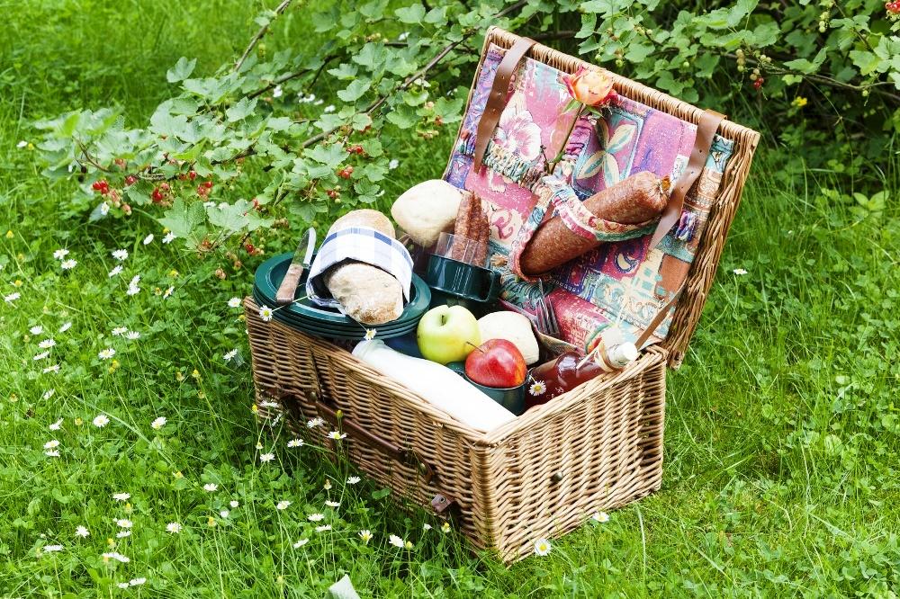 Rustikal gefüllter Picknickkorb