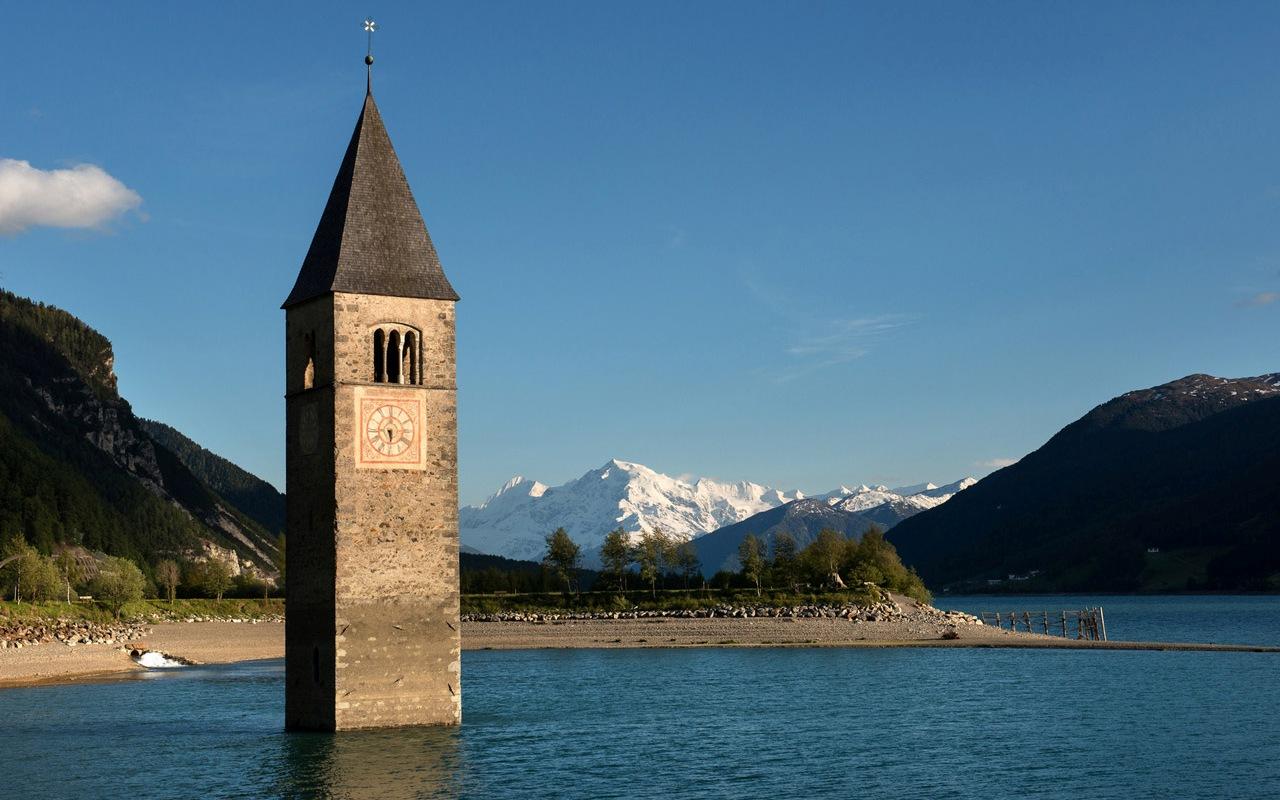 Kirchturm von Alt-Graun im Reschensee mit Ortler Bergmassiv, Vinschgau-Südtirol, Italien