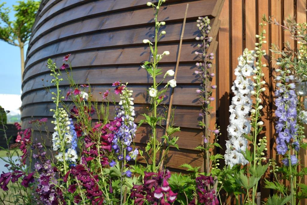 Blumenbeet am Glamping-Haus