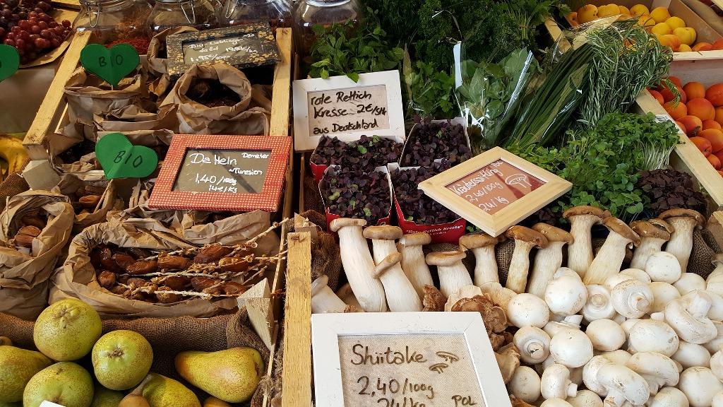 Marktstand mit Pilzen und Kräutern