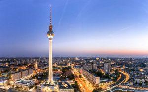 Berlin am Abend mit Blick auf den Fernsehturm
