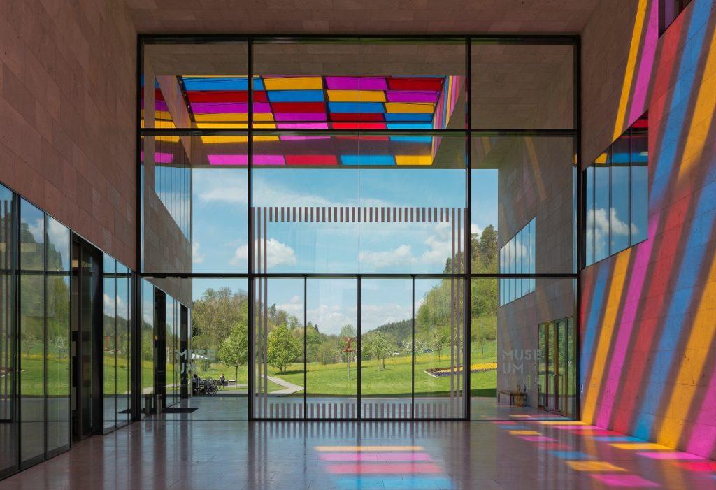 Museum Ritter, Passage mit Installation von Daniel Buren