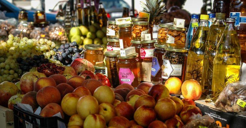 Markstand mit Nektarinen und Honig