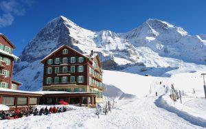 Kleine Scheidegg im Winter vor Eiger und Mönch im Berner Oberland