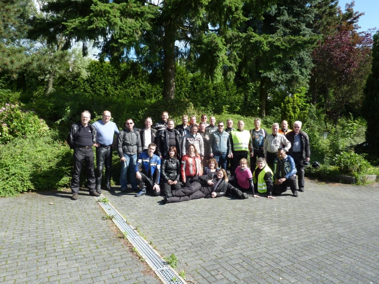 Gruppenbild auf dem Parkplatz Gasthof Pension Sonnenberg