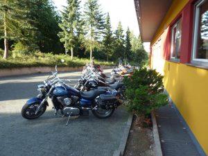 Motorräder auf dem Parkplatz Gasthof Pension Sonnenberg