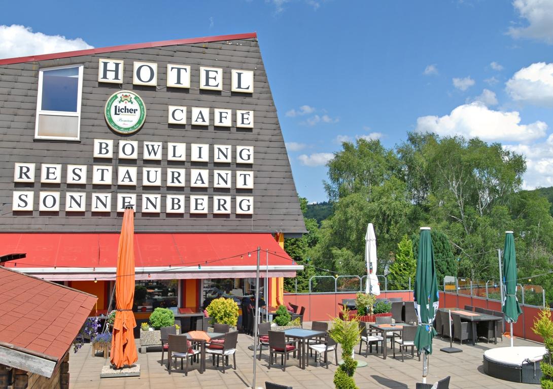 Hausansicht mit Terrasse Gasthof Pension Sonnenberg