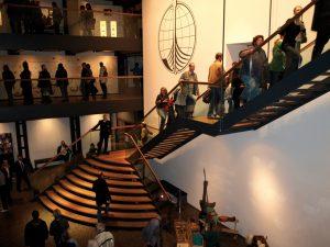 Das Internationale Maritime Museum, Die Freitreppe im Foyer führt auf die Themendecks