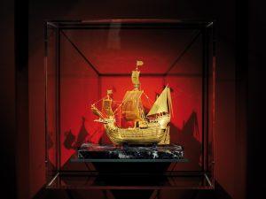 Das Internationale Maritime Museum, Die SANTA MARIA des Christoph Columbus aus purem Gold in der Schatzkammer auf Deck 8