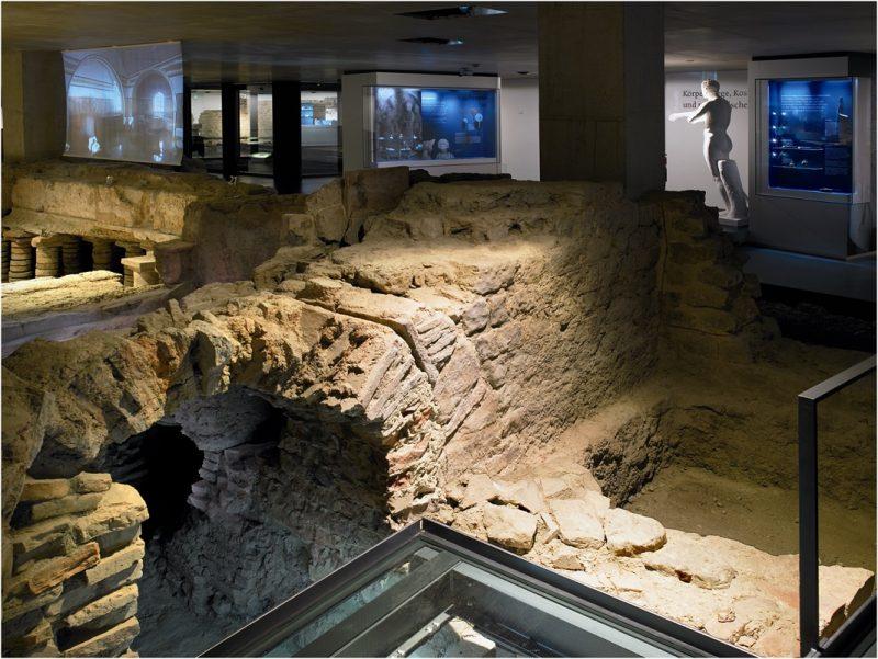 Museum der Badekultur, Feuerstelle mit Blick in die Ausstellung