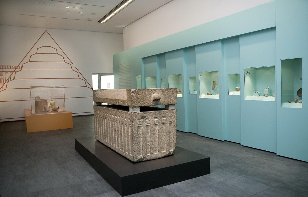 Roemer- und Pelizaeus-Museum Hildesheim, Blick auf den Sarkophag des Kaj-em-nofret