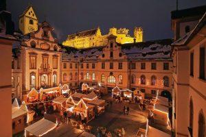 Füssen im Allgäu: Adventsmarkt im barocken Innenhof des Klosters St. Mang