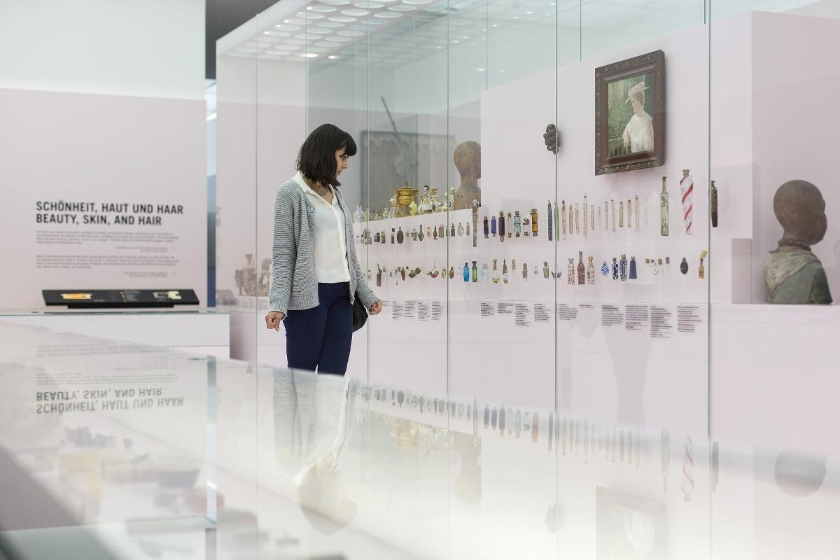 "Blick in den Raum ""Schönheit, Haut, Haar"" Hygiene-Museum Dresden"